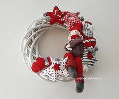 Картинки по запросу originální vánoční věnec na dveře Christmas Wreaths, Christmas Crafts, Decor Crafts, Home Decor, 4th Of July Wreath, Burlap Wreath, Holiday Decor, Advent, Decorations