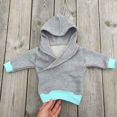 """A cute (but cool) hoodie. Love this color match! Fits both boys and girls. Free pattern: (mönstret är gratis, se länk) More patterns! Har provat att sy i riktigt """"mystyg"""" med muddar. En…"""