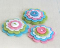 More felt flowers Felt Flowers, Paper Flowers, Felt Crafts, Diy Crafts, Sewing Projects, Projects To Try, Homemade Gifts, Headbands, Embellishments