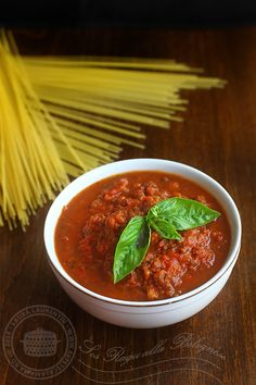 Sos ragu pt. paste, reteta culinara. Reteta de sos ragu bolognese pt. lasagna si diferite paste. Reteta de sos de carne de vitel pt. paste. Sos ragu pt. paste. Ragu Bolognese, Other Recipes, Paste, Chili, Bologna, Food And Drink, Ethnic Recipes, Dressing, Places