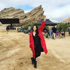 Teen Wolf : Arden Cho (Kira) en manteau rouge sur le tournage, le shopping de la rédac !
