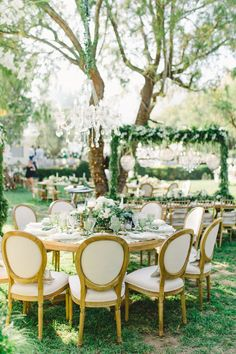fancy outdoor reception tables   Photography: Anna Roussos