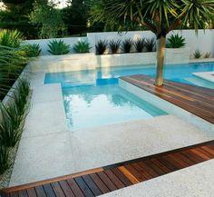 piscine géométrique au design contemporain, contour piscine en béton et lames en bois