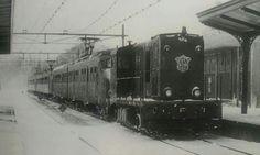 Hoorn. Winter 1979. 2 Stellen Mat 64, getrokken door een 2400 loc als stoptrein richting Amsterdam