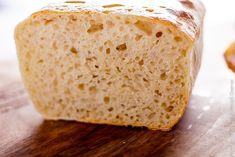 Рецепт простого домашнего хлеба на закваске, в котором нет сложных ингредиентов и техник замеса. Он получается вкусным и мягким, с румяной корочкой сверху.