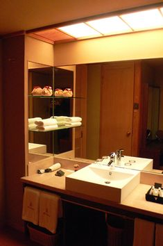 洗面所には写真の洗面台とは別にお化粧台がありました。 ホテルフジタの洗面所でもそうなっていて、 顔洗うところと、化粧をするところは分けるものなんだと学...