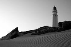 El faro de Trafalgar (Cádiz), testigo de numerosos acontecimientos históricos y vigía de la noche.