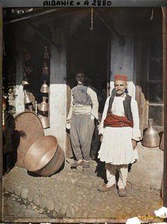 Devant une boutique de cuivres. Tirana, Albanie, 18 octobre 1913, fév. 2012