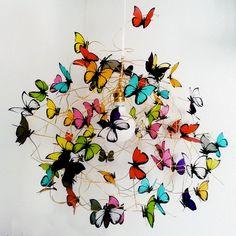 Eigenschaften: Hängeleuchte aus weißem Netzkabel, golden Aluminiumdraht, goldene Lampenfassung und Rosette in weißer Farbe hergestellt und mehrfarbige Schmetterlinge französisch pflanzlich...