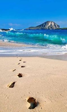 footprints in the sand. The cheapest International Airfare, tips on international airfare and discounts for international airfare for anywhere you want to travel too. Ocean Beach, Beach Fun, Dream Vacations, Vacation Spots, Oh The Places You'll Go, Places To Visit, Rivage, Beach Landscape, I Love The Beach