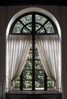 Palladian window, curved top, or arched top windows, ideas for curtains and blinds. See photographs of palladian windows, curved and arched top curtains. Arched Window Coverings, Curtains For Arched Windows, Curtains With Blinds, Oval Windows, Arch Windows, Window Blinds, White Curtains, Large Window Treatments, Shades Window