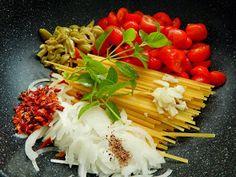 Macarrão de Uma Panela Só   Ingredientes   250 g de macarrão linguine (grano duro)  360 g de tomatinhos  2 colheres (sopa)...