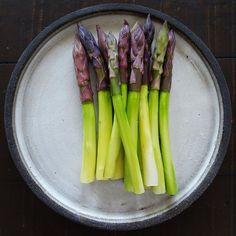 Purple asparagus. Plate by @vastergarden
