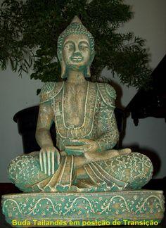 Estátua de Buda, modelo exclusivo de Buda Tailandês. Este modelo Buda está em posição de transição que significa grandes mudanças. Peça maravilhosa, com detalhes impecavéis e delicados. Peça e pinturas feitas a mão, em cimento maciço, nas cores verde claro e terracota (envelhecidos), mais charme para peça, com sofisticação tornando-se uma peça única e exclusiva. Pode ser colocada em ambientes internos (salas de meditação, salas , quartos, altares ) e externos( jardins, sacadas, ... Buddha Painting, Buddha Art, Zen, Feng Shui Wealth, Gautama Buddha, Buddha Meditation, Antique Frames, Learn To Paint, Ganesha