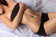 痩せて見られるけれど、服を脱ぐと実はお腹が・・・という女性は多いもの。今回は、そんな方々におすすめのお腹トレーニングをご紹介していきます!1日1種目、計10日間行うだけでお腹がスッキリしてきますよ。
