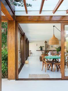 Ambientes integrados, muita madeira, informalidade de materiais e transparências para as vistas mais deslumbrantes de Trancoso, na Bahia, são a essência deste projeto de 624 m²