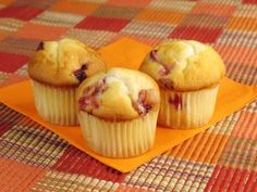 Hawaiian Hula Muffins recipe from ifood. Hawaiian hula muffins echo the exotic taste of hawaii. Baked with sour cream and butterscotch flavored crushed Cranberry Oatmeal Muffins, Cranberry Almond, Guava Recipes, Honey Recipes, Guava Cake, Trinidad Recipes, Cooking Bread, Muffin Recipes, Cupcake Cakes