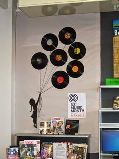 Vinyls or disks as balloons : promo music or audiobooks
