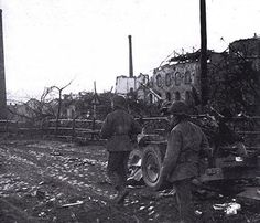 GI ' s avance prudemment à travers les ruines de Ludwigshaven (Allemagne), 24 février 1945 GI's advance cautiously through the ruins of Ludwigshaven, Germany, February 24, 1945