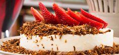 Mousse feita com coco e decorada com morangos e coco queimado. A sugestão é da chef Lourdes Bottura, do restaurante Badebec