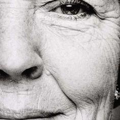 Portret van Beatrix, koningin der Nederlanden - geboren te Soestdijk, 1938, Stephan Vanfleteren, 1999 - 2000 - Rijksmuseum