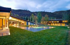 Modern Grass Roof Home by GLUCK. Located in the Colorado Rocky Mountains Architecture Design, Contemporary Architecture, Contemporary Houses, Beautiful Architecture, Rocky Mountains, Roofing Options, Residential Roofing, Grey Interior Design, Colorado Homes