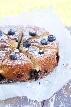 Blåbärssäsongen är i full gång och det lyser blått i varenda Blåbärsskog i Sverige. Jag älskar Blåbär och ska försöka hinna med att baka så mycket jag kan med detta fantastiska bär som fokus. Jag bakade för ett par dagar sedan en ljuvligt god och saftig Blåbärskaka som jag bara måste få dela med er. Cake Recipes, Dessert Recipes, Desserts, Bake Boss, Tea Cakes, Something Sweet, Sugar And Spice, No Bake Cake, Sweet Tooth
