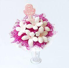 bukiet z kwiatów z krepiny w kolorze biało różowym, więcej na kwiatyupominki.net