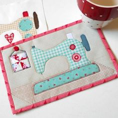 Gingham Sewing Machine Mug Rug Machine À Quilter, Sewing Machine Quilt Block, Mug Rug Patterns, Applique Patterns, Quilt Patterns, Sewing Patterns, Canvas Patterns, Sewing Room Decor, Sewing Rooms