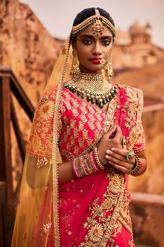 Indian Wedding Jewlery - Bride in a Pink Lehenga with Yellow Net Dupatta and a Gold, Emerald and Pearl Necklace Big Fat Indian Wedding, Indian Wedding Outfits, Indian Outfits, Indian Bridal Fashion, Indian Bridal Makeup, Pink Lehenga, Bridal Lehenga, Bridal Makeup Looks, Bridal Looks
