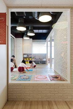 HIBINOSEKKEI + youji no shiro top OB kindergarten with rooftop playground Kindergarten Interior, Kindergarten Design, Japan Design, Design Maternelle, Shiro, Bauhaus, Kids Cafe, Church Nursery, Nursery School