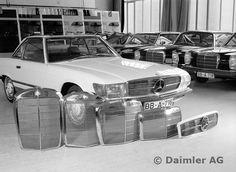 Entwicklungsphasen des Mercedes-Benz Typ 350 SL. Kühler markannter Mercedes-Modelle im Laufe der Zeit. Von links: Spitzkühler des 300 S von 1952, dann der schon etwas kleinere Kühlergrill des 220 von 1954, gefolgt vom Typ 190 aus dem Jahre 1963. Nur halb so hoch wie der Spitzenkühler ist der Grill des Mercedes 200 der neuen Generation, ganz rechts aussen ein Entwurf für den 350 SL Mercedes 200, Mercedes Benz R Class, Daimler Benz, Classic Mercedes, Car Photography, Classic Cars, Classic Auto, Motor Car, Convertible