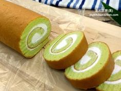 This Pandan Swiss Roll Cake is made with fresh pandan juice, no artificial flavour or colouring are added. The texture of the cake is soft, moist and spongy, it can be rolled up easily and nicely. Pandan Chiffon Cake, Pandan Cake, Swiss Roll Cakes, Swiss Cake, Cake Roll Recipes, Sponge Cake Recipes, Sponge Cake Roll, Japanese Cake, Asian Desserts