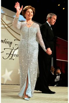 Laura Bush in Oscar de la Renta- Such a classy lady. First Lady Of Usa, First Lady Of America, Laura Bush, American First Ladies, Harper's Bazaar, First Lady Melania Trump, Long Evening Gowns, Fashion Articles, Famous Women