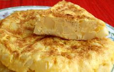 Tortilla de patatas (Spanish Omelette) is one of the most well-known and delicious dishes in Spanish cuisine ! How to make a spanish omelette in 8 steps ! Canapes Recipes, Egg Recipes, Spanish Tortilla Recipe, Spanish Potatoes, Spanish Omelette, Yummy Treats, Yummy Food, Barcelona, Omelette Recipe