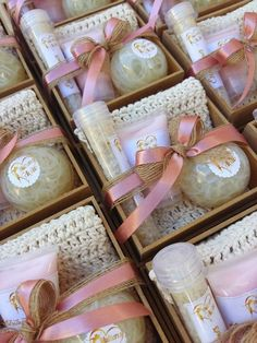 Home made packaging ideas for creating the perfect gift packages. These small touches are sure to make your products stand out! Cadeau Baby Shower, Deco Baby Shower, Soap Packaging, Packaging Ideas, Spa Gifts, Home Made Soap, Handmade Soaps, Soap Making, Homemade Gifts