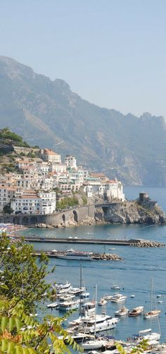 Plan your own DIY Amalfi Coast Tour to Positano, Amalfi & Ravello including how to get there, where to stay and where to eat in each village!