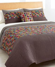 "Lindo y diferente. ""Love this idea for a bed quilt! Lots of small triangle patchwork with big strips of solid!"", ""Mini Triangles Twn Quilt for sale by M Colchas Quilting, Scrappy Quilts, Quilting Projects, Quilting Designs, Modern Quilting, Quilt Design, Twin Quilt, Quilt Bedding, Comforter"