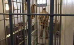 Joaquín Guzmán Loera El Chapomanifestó que las autoridades penitenciarias y del gobierno mexicano mienten al asegurar que no existe un trato cruel hacia su persona en el penal de máxima seguridad del Altiplano, donde lo recluyeron tras ser recapturado, en enero pasado. Por conducto de uno de sus abogados, José Refugio Rodríguez Núñez, con […]