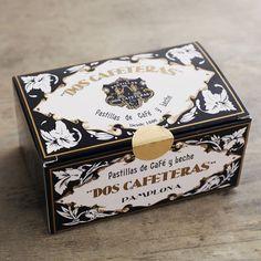 ドス・カフェテラス コーヒークリームキャラメル Burger Packaging, Cake Packaging, Food Packaging Design, Coffee Packaging, Bottle Packaging, Cosmetic Packaging, Brand Packaging, Branding Design, Vintage Packaging
