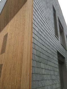 Piga natuurleien in maasdekking met houten gevelbekleding. Lei Import B. Slate Shingles, Shingle Siding, House Cladding, Wood Cladding, Wood Facade, Stone Facade, Detail Architecture, Modern Architecture, Isolation Facade