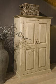 Oude houten kast in kalkverf Beautiful Interiors, Beautiful Homes, Painted Cupboards, Old Dressers, Tips & Tricks, Sober, Home Collections, Painted Furniture, Cabinets