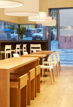La Forneria ©pptinteriorismo  #diseñointerior #interiordesign #barcelona #barcelonadesign #design #bakerydesign #bakery #panaderia ·diseñopanaderia #wood #stools #lampshade #taburetes #maderaderoble #pantallas