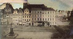 1840-1845 , Unikatowy dagerotyp autorstwa Juliusa Brilla. Przedstawia zabudowę północnej strony pl. Solnego i pomnik marszałka von Blüchera. Po prawej widoczna jest zachodnia strona rynku z budynkiem Wielkiej Wagi Miejskiej - rozebranym w 1846 r.
