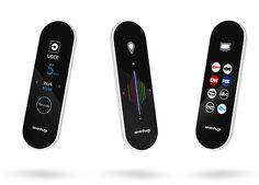die smart remote ist eine äußerst universelle fernbedienung, die für fast alle smart-home produkte gemacht ist. zeigt man mit dem gadget auf ein bestimmtes smart-home gerät, so passt die der display sofort an und man kann es dann steuern. verbunden werden die geräte über wlan, bluetooth oder infrarot. es ist kompatibel mit 25.000 geräten und täglich werden es mehr. geladen wird die bedienung an der basisstation. dort befindet sich auch ein knopf, mit dem man das gerät wiederfinden kann.