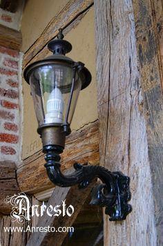 Antieke wand lantaarn bij Anresto te Lommel.  Kap met antieke beglazing, diverse wandsteunen.    http://www.antiek-anresto.be/architecturaal-antiek/buitenverlichting