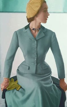 Vintage Fashion Vintage Suits -Dovima in Hattie Carnegie, 1952 - Historical costuming and vintage sewing projects, with dress diaries and research on period dress from the to the century. Moda Vintage, Moda Retro, Vintage Mode, Vintage Style, Retro Vintage, Retro Style, 1940s Style, 50 Style, Classy Style