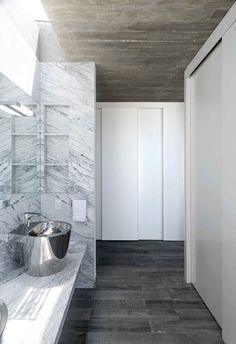 Construida en un entorno natural de ensueño, esta casa funcional seduce por su estilo depurado.