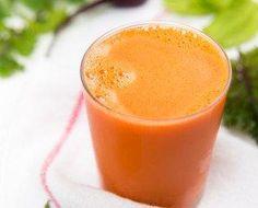 Ingredientes: 1/2 cenoura, 1 maçã, 1/2 pepino, 1 colher de sopa de Chia 200 ml de água de coco 1 folha de couve e Hortelã a gosto