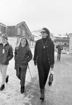 Jacqueline Kennedy sticks with a streamlined, classic black look while shopping in Vail Village with daughter Caroline, Credit: Keystone-France/Gamma-Keystone via Getty Images via StyleList Jackie Kennedy, Los Kennedy, Ski Fashion, Fashion Photo, Fashion News, Familia Kennedy, Vail Village, Chalet Chic, International Style